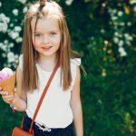 Niña comiendo helado
